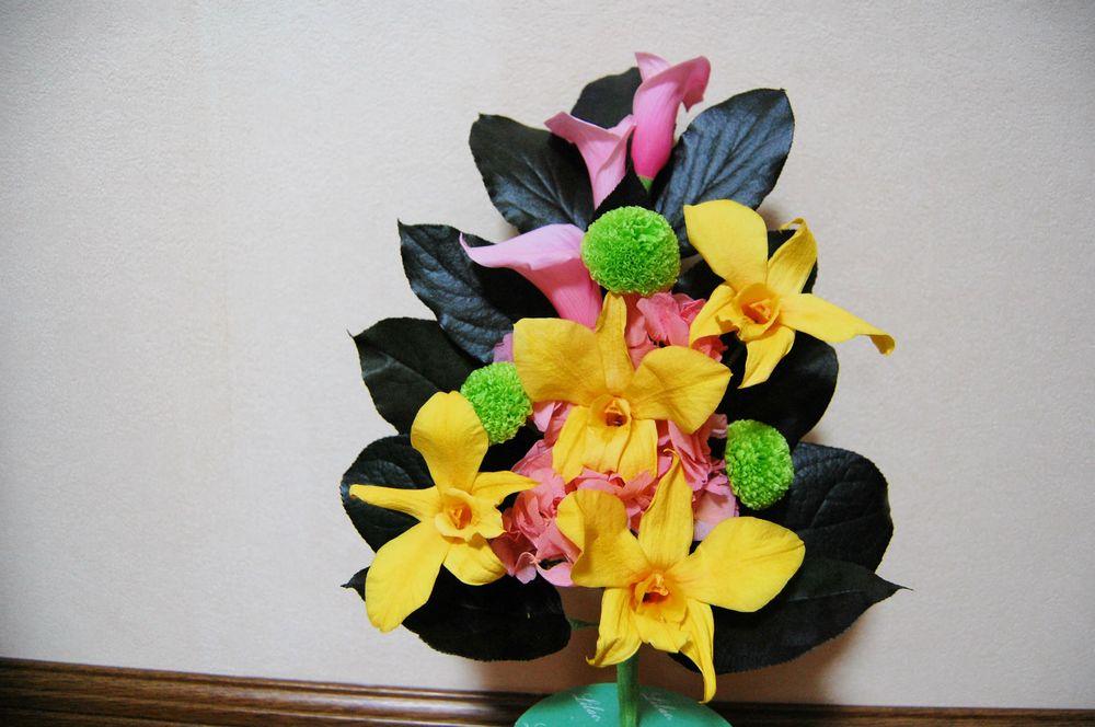 明るいカラーとデンドロビウムの仏花!